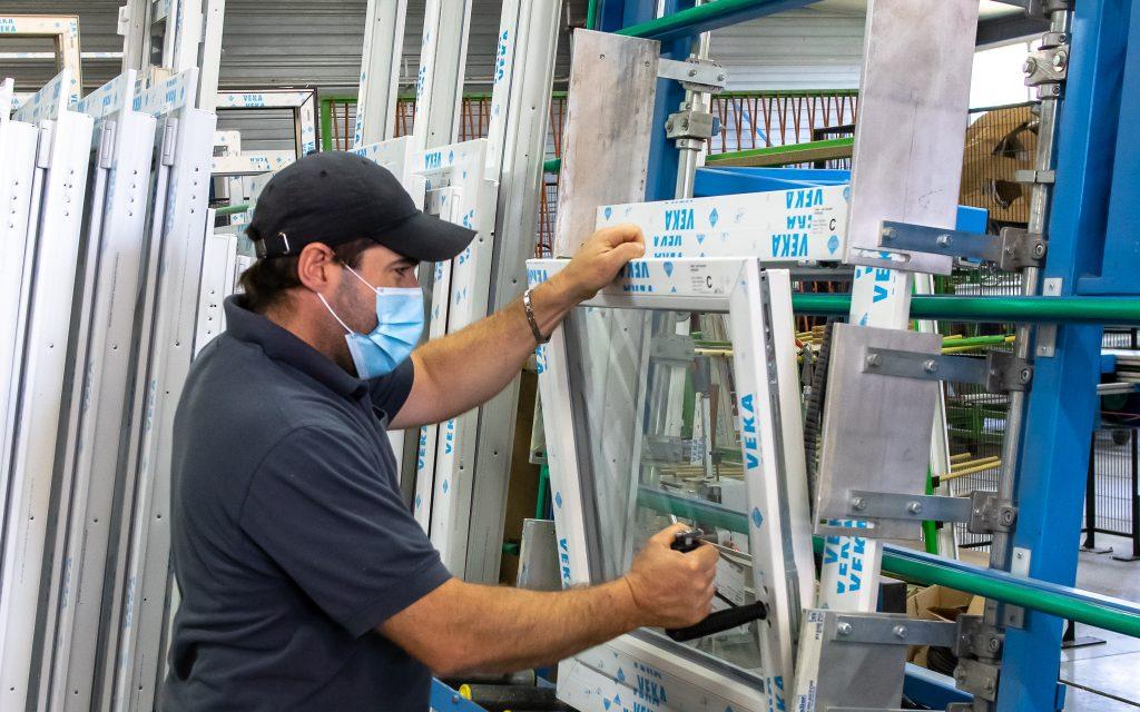 Fabrication de menuiseries PVC dans notre atelier de production à Pouilly en Auxois